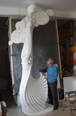 L'autore nel suo studio durante l'esecuzione del modello originale