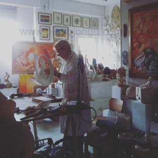 L'artista al lavoro nel suo laboratorio